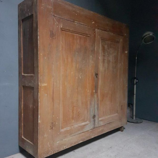 Mooie oude houten kast met 4 legplanken op wielen erg mooi vindustrial - Houten doos op wielen ...