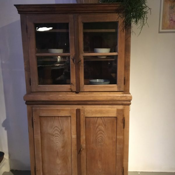 Oude houten buffet keuken kast met glazen deuren vindustrial - Houten buffet recyclen ...