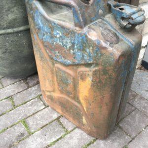 Oude metalen jerry can's uit WO-II