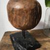 Mooi massief rond hout op industrieel statief