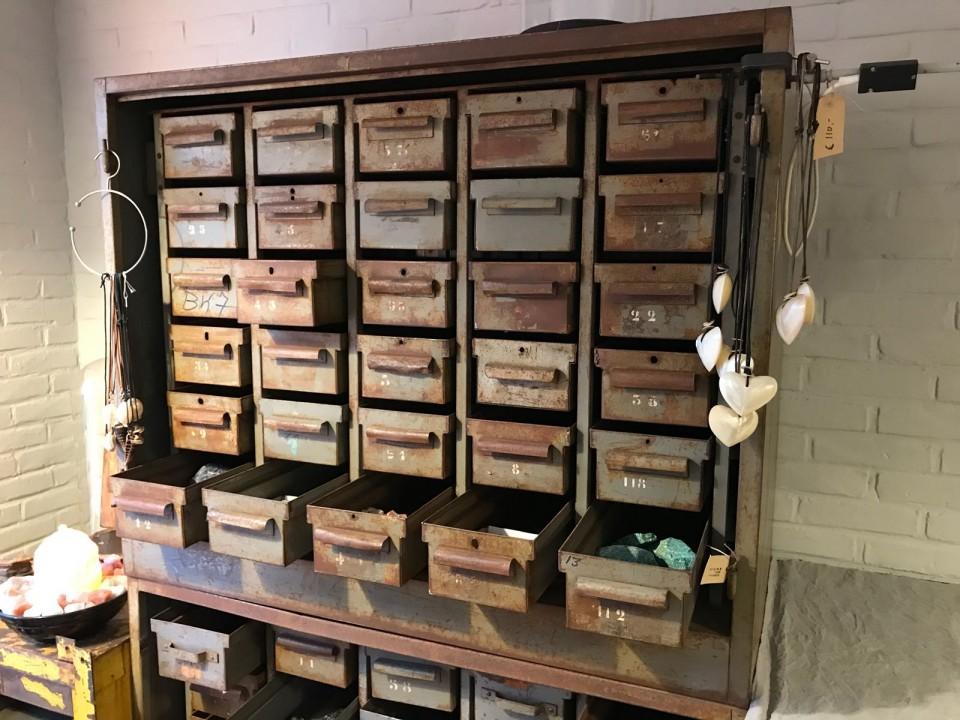 Kast Met Opbergbakken : Oude metalen kast met ijzeren opbergbakjes vindustrial