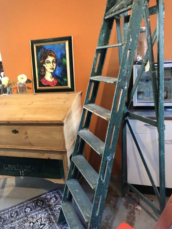 Grote oude groene trap/ladder met