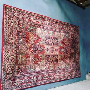 Mooie rode wand/vloer tapijt