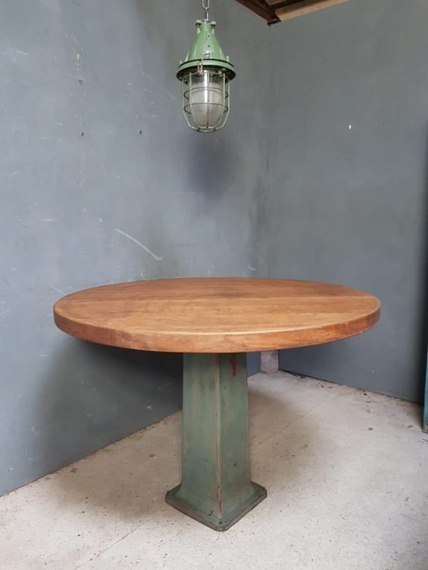 Industriele ronde tafel met eiken houten blad en gietijzeren machinepoot