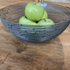 zwarte metalen fruitmand