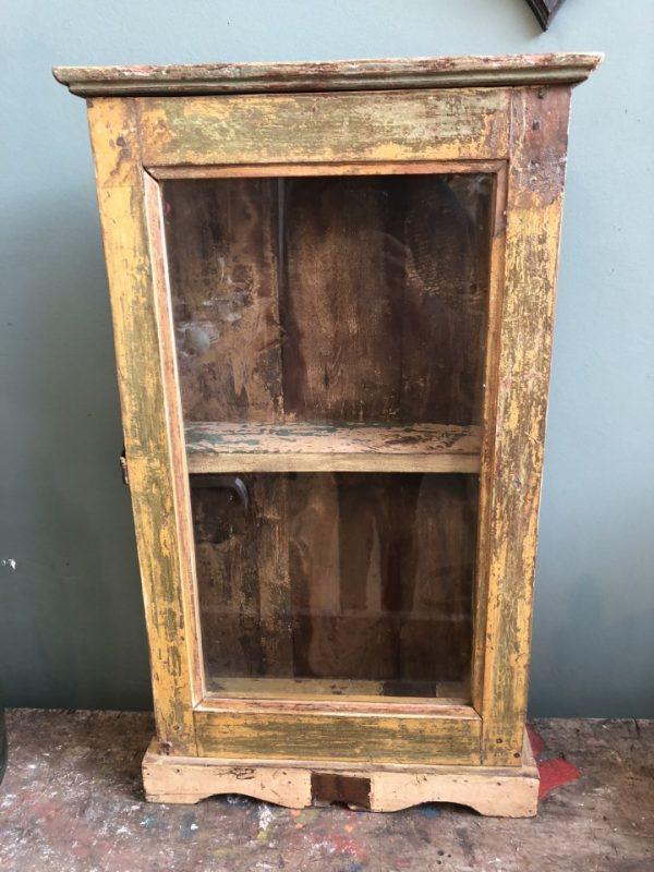 Oude houten medicijnen kastje met glazen deur