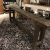 Lange oude houten smalle werkbank