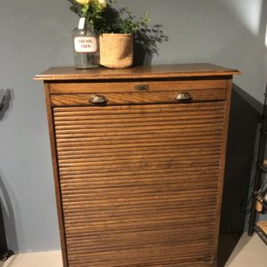 Oude houten dubbele bruine rolluiken archiefkast met sleutel_005