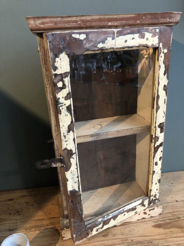 Mooie houten medicijnen kastje met glazen deuren