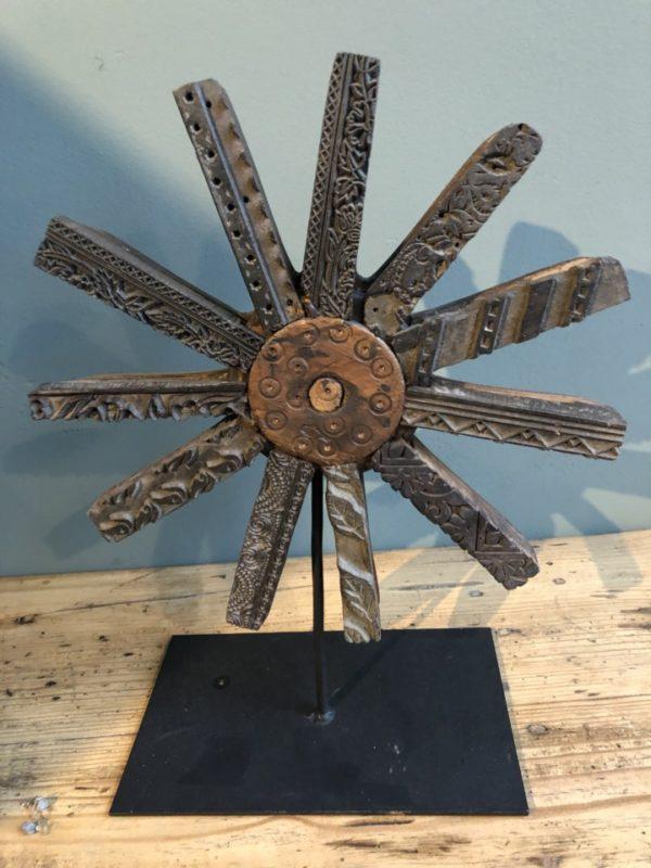 Stervormig houten beeld op statief