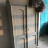 Oude witte houten linnenkast, twee deurs