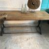Oude grote houten tekentafel met mooi blad op industrieel onderstel