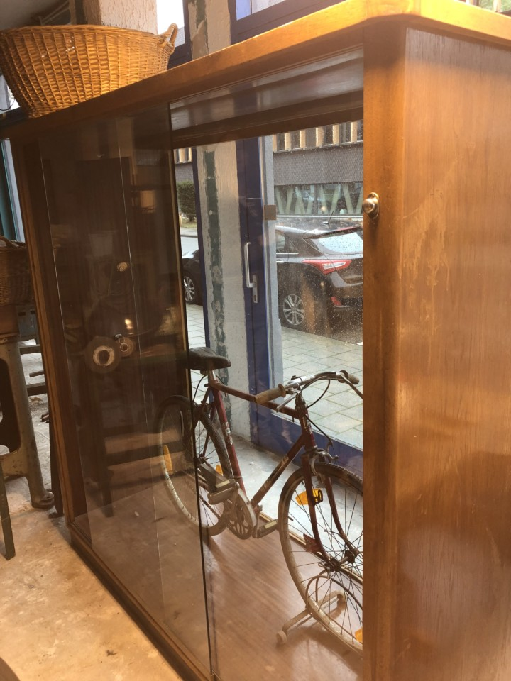 Bedwelming Oude grote houten vitrinekast, jaren 70 vintage - Vindustrial #UC65