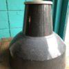 Grote grijze industriele hanglamp met grote kap