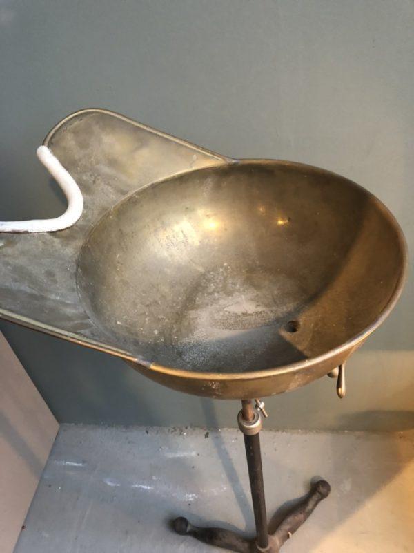 Antieke staande koperen kapperswastafel