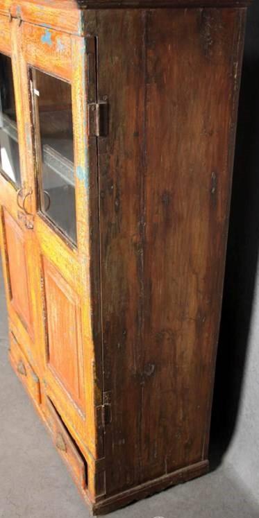 Antieke houten tweedeurs kast met deels glazen deur
