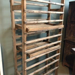 Oude houten bakkersrek