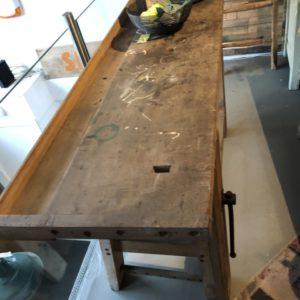 Oude kleine houten werkbank