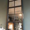 Lange industriele vintage look spiegel met vierkante ruitjes