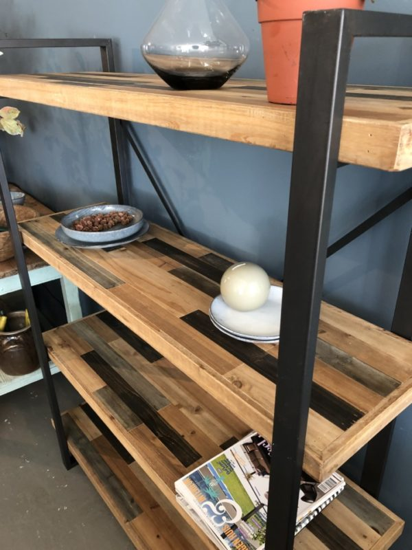 Industriele wandkast met houten planken