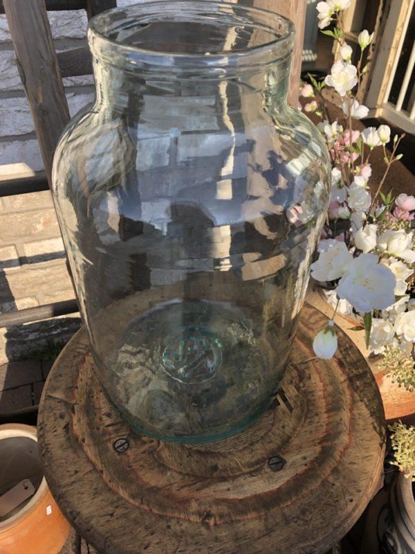 Oude groene grote vaas met grote ronde hals