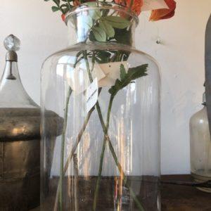 Oude vaas met ronde hals