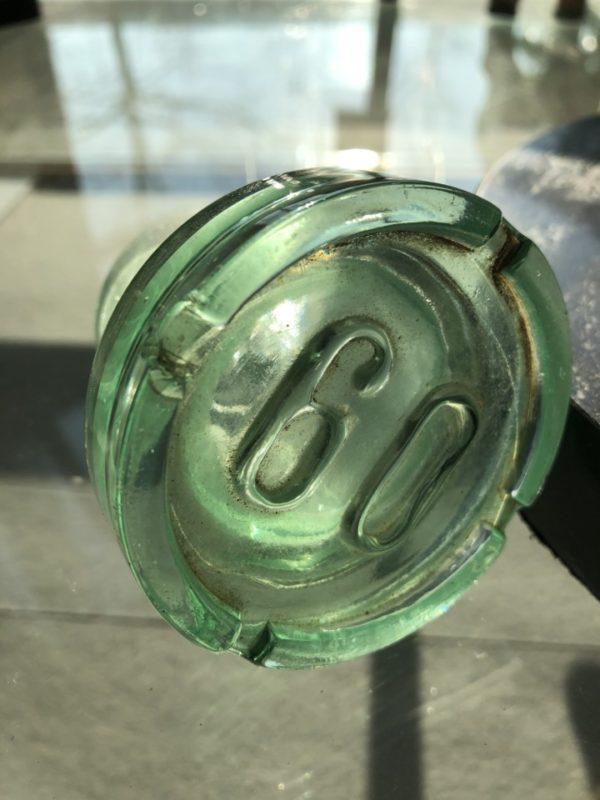 Oude grote groene fles vaas met dop