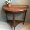 Oude houten halve maan tafel met opbergruimte