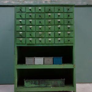 Oude groene houten ladenkast