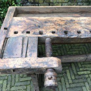 Antieke oude houten werkbank met schroef