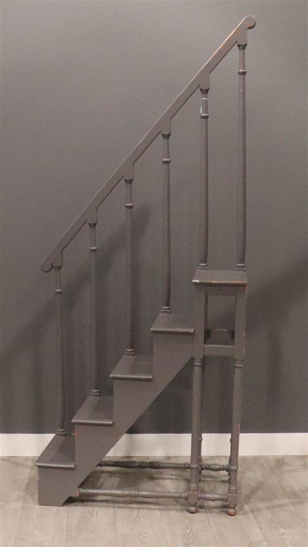 Oude hoge bibliotheek trap met leuning