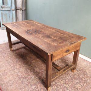 Antieke oude eiken tafel met lade aan de zijkant