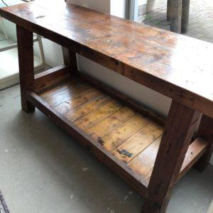 Robuuste oude houten smalle werkbank met opbergruimte onderin
