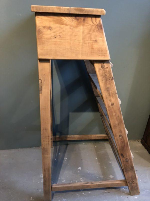 Oude hoge brede houten trap