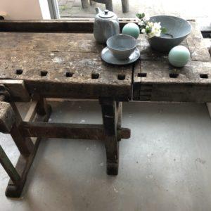 Authentieke oude houten werkbank met schroef