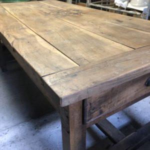 Grote lange houten eettafel met lade