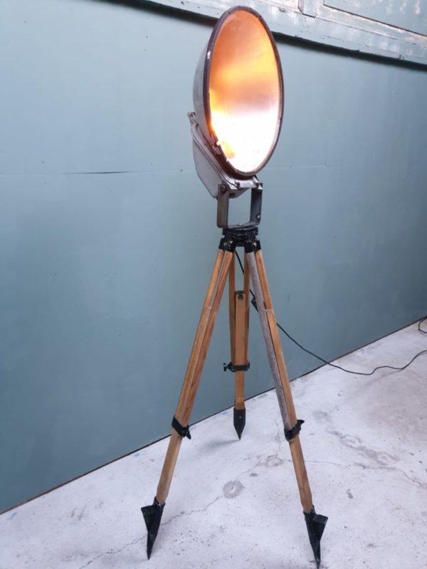 Industriele theater lamp op houten statief