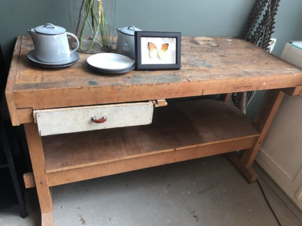 Oude houten werkbank met lade en opbergruimte