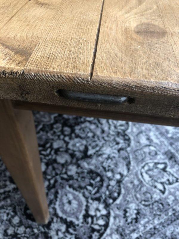 Oude houten (eet)tafel met oude laden