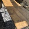 Oude lange houten smalle tafel