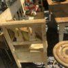 Oude lange gele klepbank met grote lade onderin