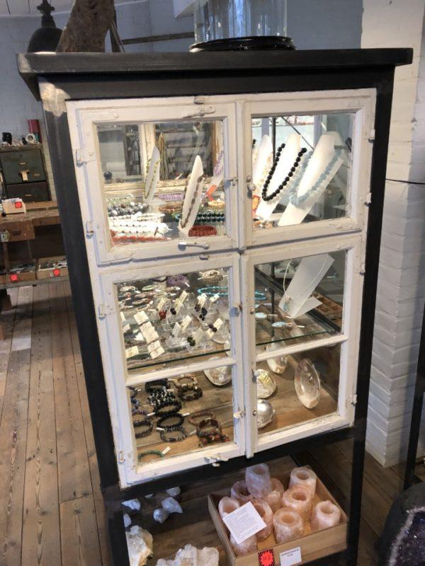 Oude houten glazen vitrinekast