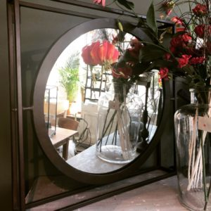 Ronde industriele spiegel in vierkante ijzeren frame