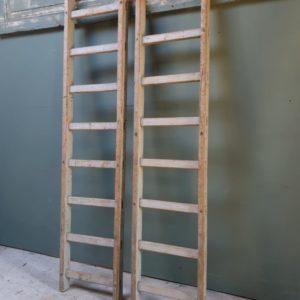 Oude houten bruine ladder