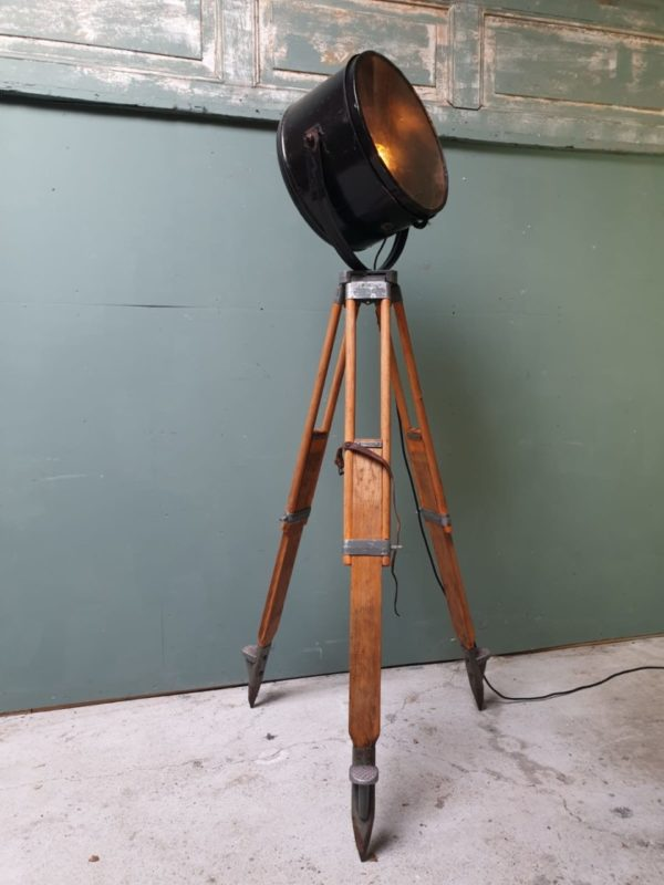 Grote theaterlamp op oud houten statief