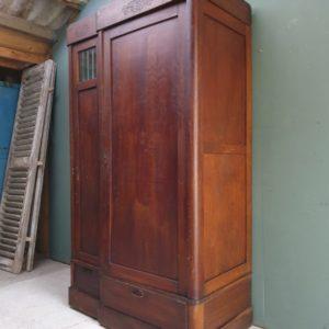 Oude houten tweedeurs kledingkast