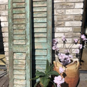 Oude groene houten Franse louvre luiken met verstelbare luiken
