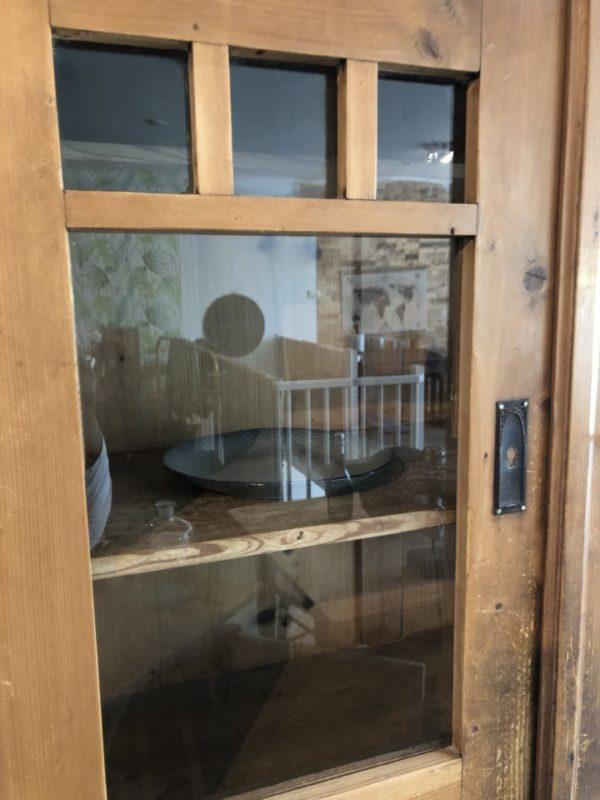 Oude houten buffetkast met glazen deuren