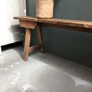 Oude Franse lange houten bank met mooie oude verbindingen