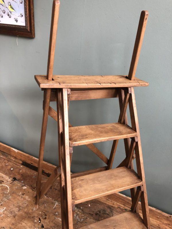 Oude stevige houten kleine bibliotheektrap